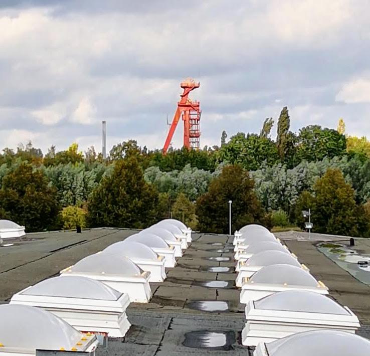 Blick aus dem Seminarraum: zu sehen sind Möglichkeiten der Energiegewinnung: Förderturm und Windkraftanlage, das Foto wurde aufgenommen von Michael Eickert
